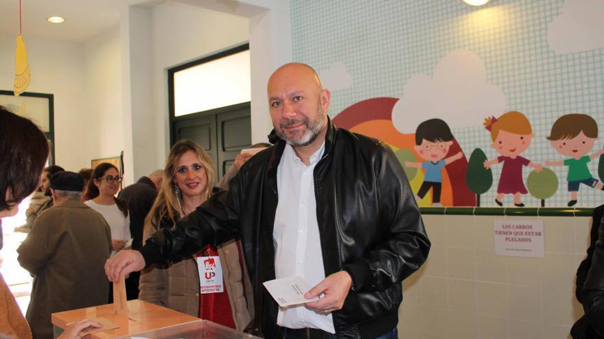 Ricardo Sixto, candidato al Congreso de EU, votando.