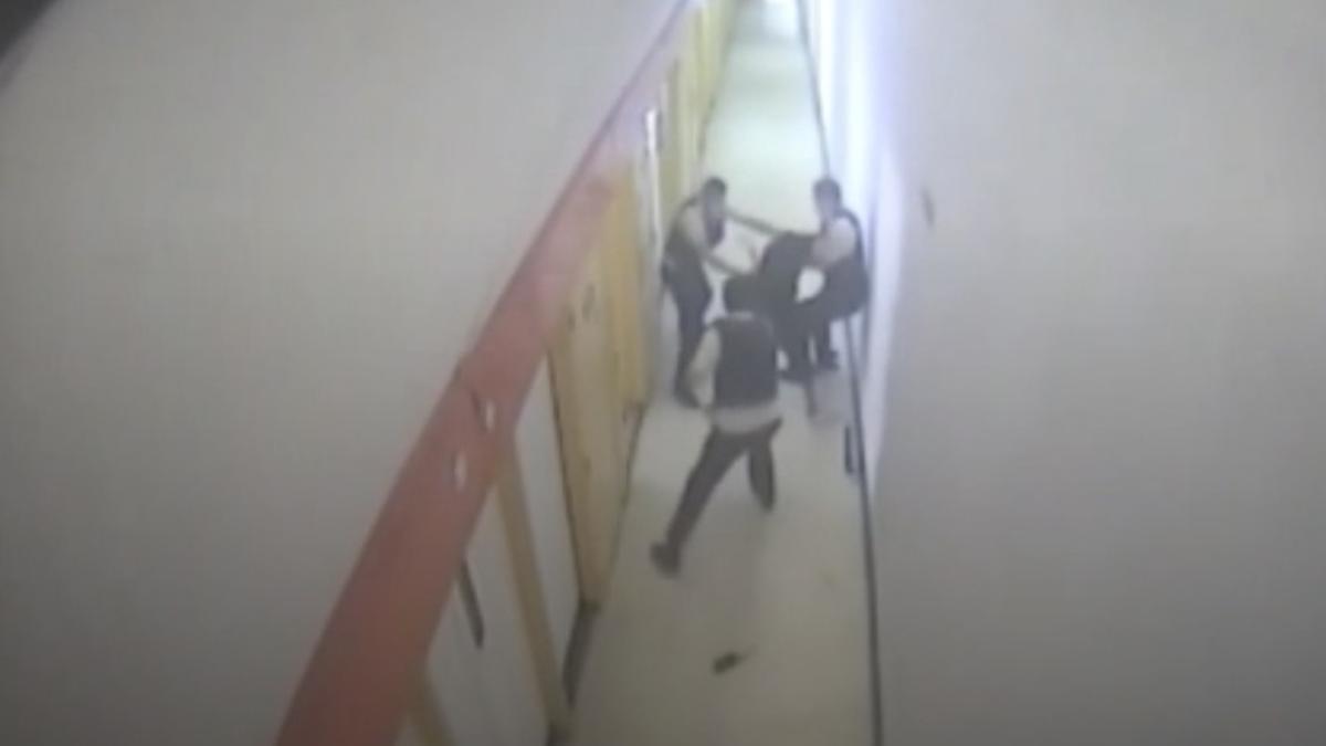 Captura del vídeo de la agresión en la prisión de Villena.