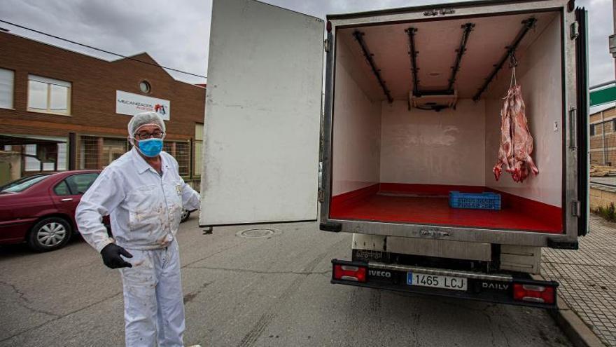 Un trabajador de Colear (Lechazo de Castilla y Leon ) transporta solo tres lechazos para un pedido debido a la caída de la demanda de lechazo y cochinillo por el cierre de establecimientos hoteleros y restaurantes por la epidemia del coronavirus.
