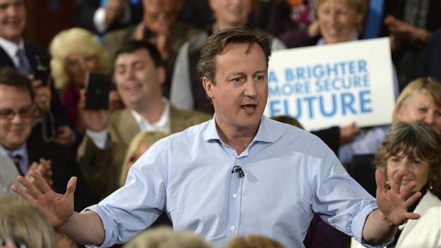 Conservadores y laboristas británicos mantienen el empate, según los sondeos