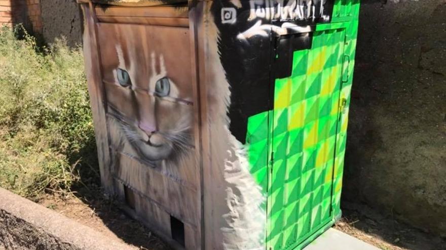 CatHotel, contenedor para alimento y descanso, habilitado con materiales reciclados y puerta de acceso para los voluntarios, decorado por un gratifero solidario. Foto: LlobreGats.com