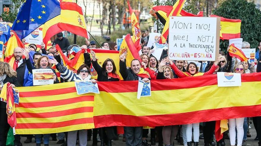 Más de un centenar de personas se concentra por unidad de España en Bruselas