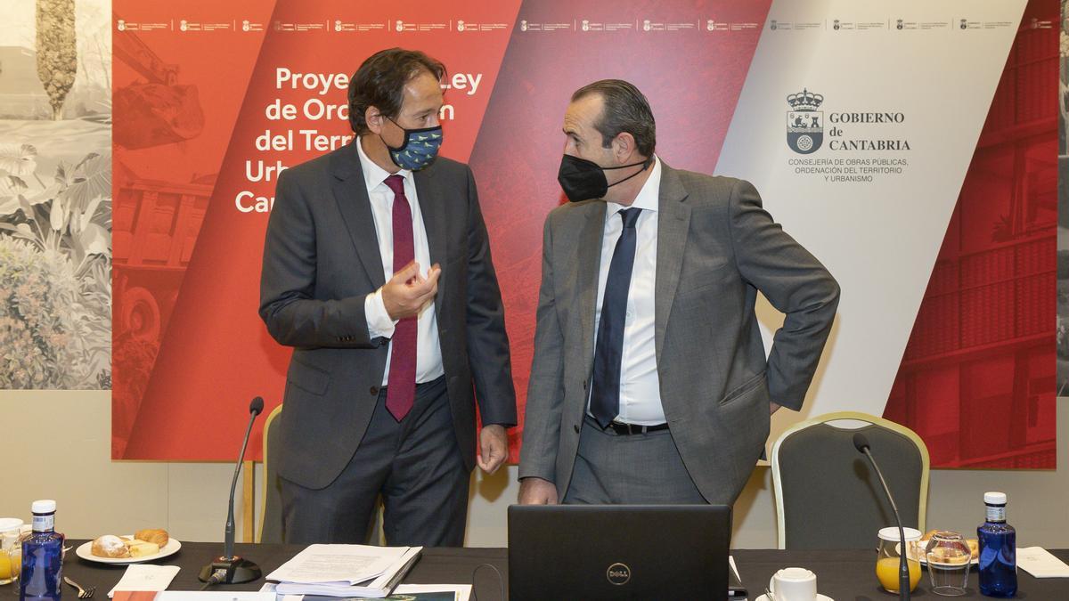 El consejero de Obras Públicas, Ordenación del Territorio y Urbanismo, José Luis Gochicoa, presenta el Proyecto de Ley de Ordenación del Territorio y Urbanismo de Cantabria.