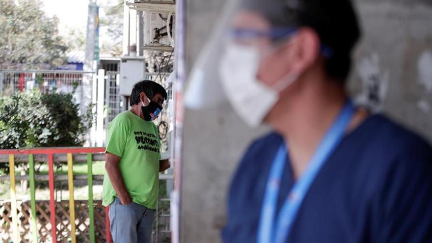 Un hombre espera ser atendido en una ventanilla del centro de salud en la comuna de Pedro Aguirre Cerda en Santiago (Chile).