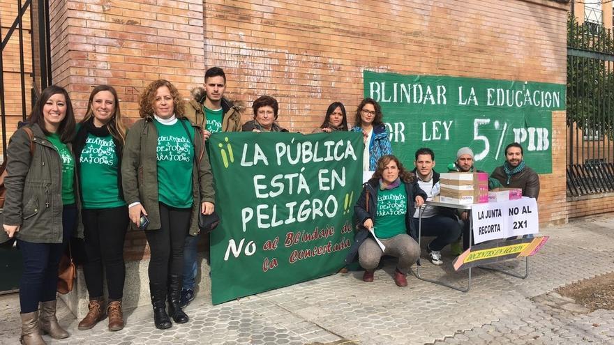 Segunda 'miniconcentración' en Sevilla y mesa informativa de interinos en defensa de la educación pública