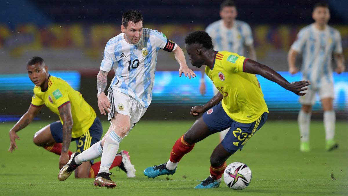 El capitán Lionel Messi intenta superar a su marcador. A Argentina se le fue el triunfo en la última jugada.