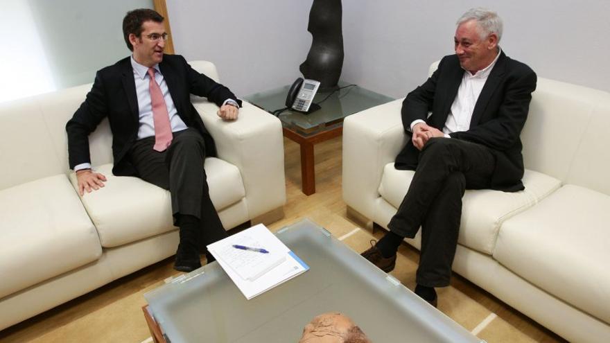 Feijóo en una reunión en 2011 sobre el sistema bancario gallego con el entonces portavoz nacional del BNG, Guillerme Vázquez