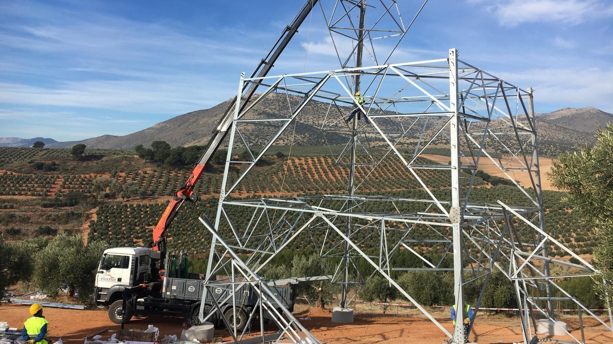 'Di no a las torres' considera que las obras son ilegales y censura que pasen por enclaves tan singulares como el Geoparque de Granada