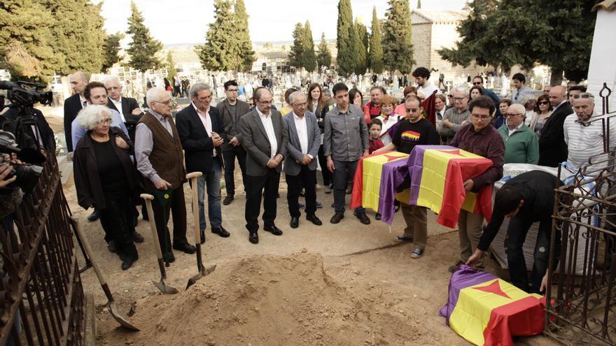 Lambán acudió al homenaje a tres brigadistas que murieron en la batalla de Caspe.