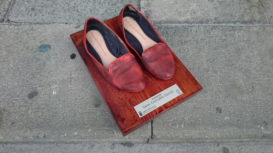 Zapatos rojos en recuerdo de la joven Saray González. Foto: JOSÉ AYUT.