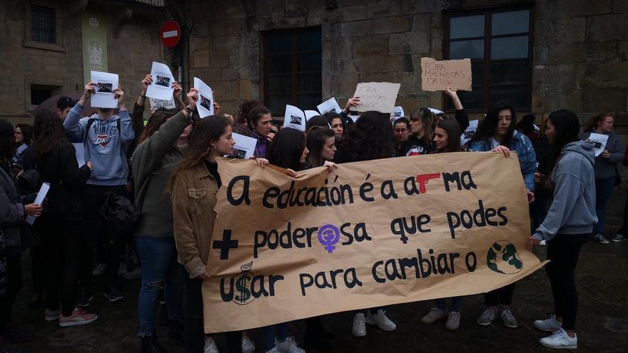 Concentración para exigir el cese del profesor, este lunes ante el Rectorado de la USC