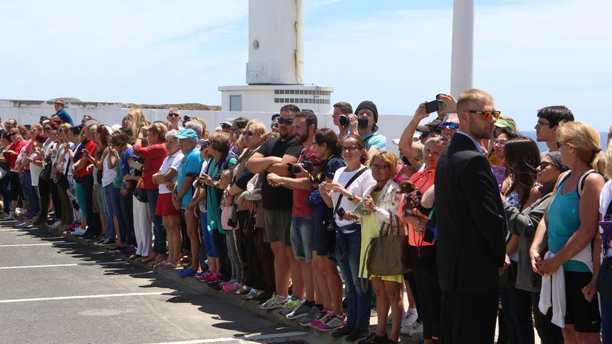 Un grupo de ciudadanos espera para saludar a los Reyes