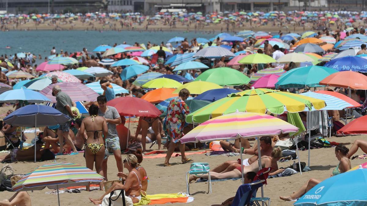 La playa de Las Canteras, en Las Palmas de Gran Canaria, el pasado 16 de agosto, cuando miles de personas han acudido para pasar una calurosa jornada.