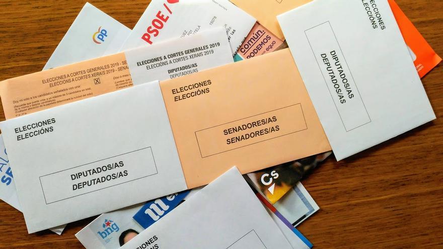 Papeletas electorales de diferentes partidos en Galicia