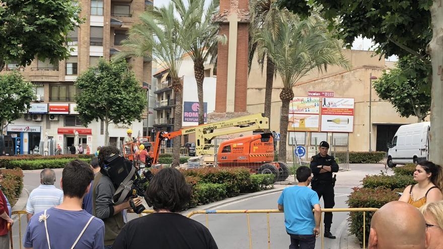 Operarios reanudan la retirada de la cruz de los caídos de La Vall d'Uixó protegidos por antidisturbios.