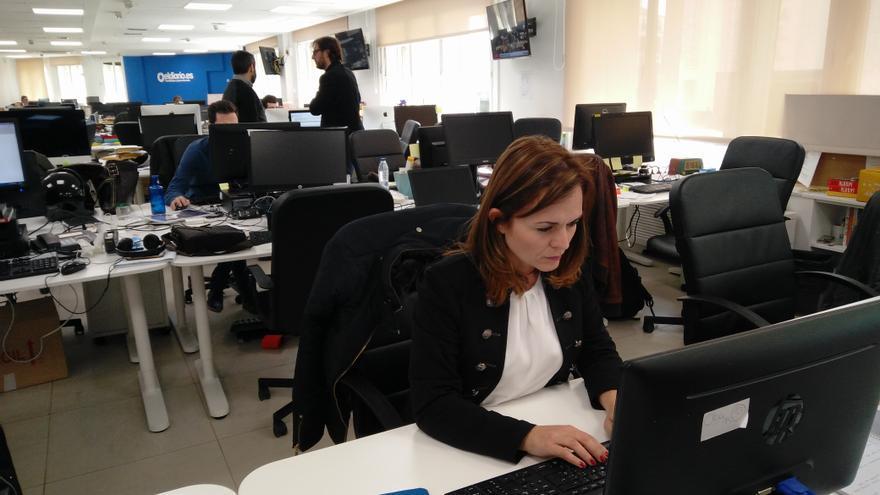 Loreto Cascales responde las preguntas de los lectores en la redacción de eldiario.es