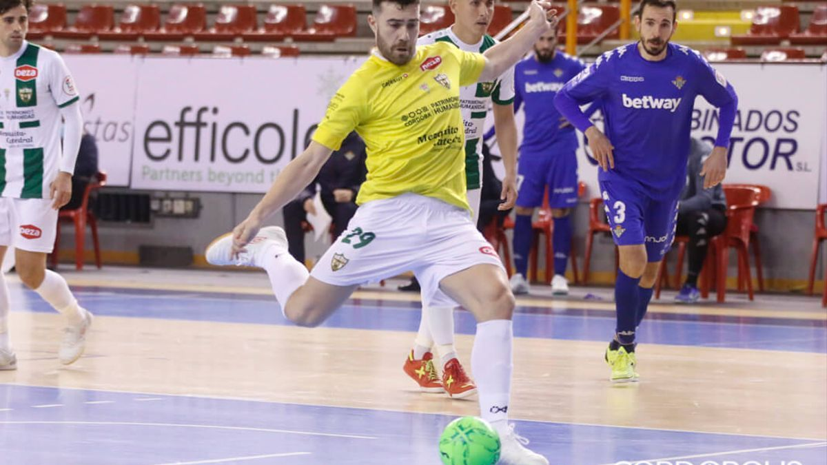 Alberto Saura, en un lance del duelo con el Real Betis.