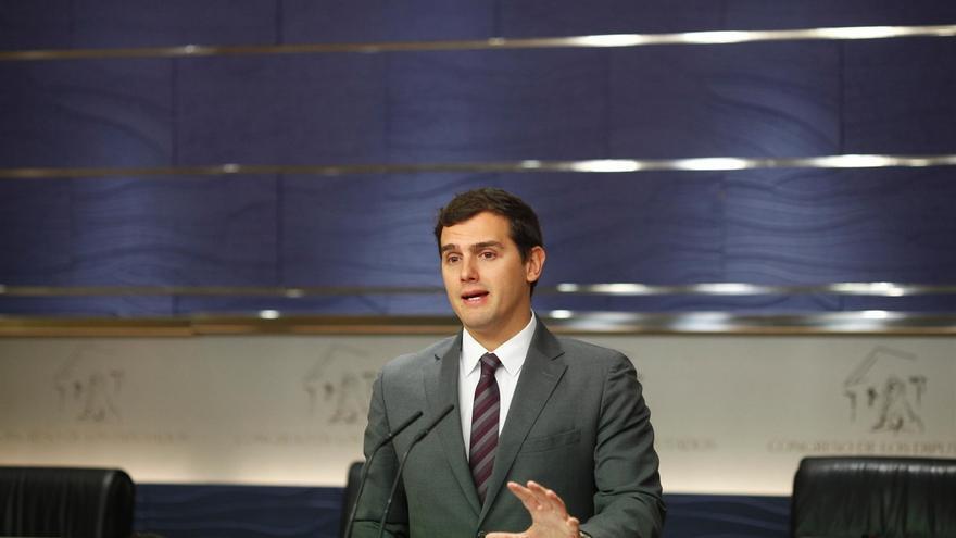 """Rivera reprocha a Podemos su falta de """"educación y respeto institucional"""" por no saludar al Rey"""