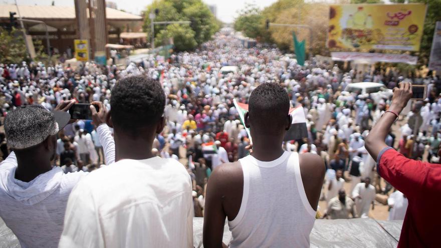 Miles de manifestantes celebran en Jartum la destitución de Omar al Bashir.