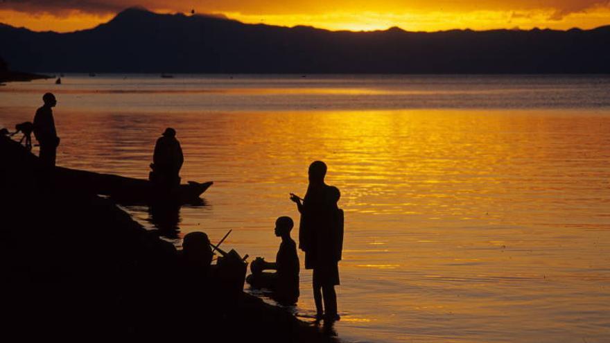 Varios niños juegas al atardecer en las orillas del Lago Malawi. Diego Tiria