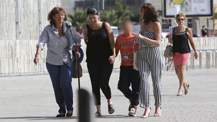 Pablo, junto a su abuela, su madre y la psicóloga. (ALEJANDRO RAMOS)