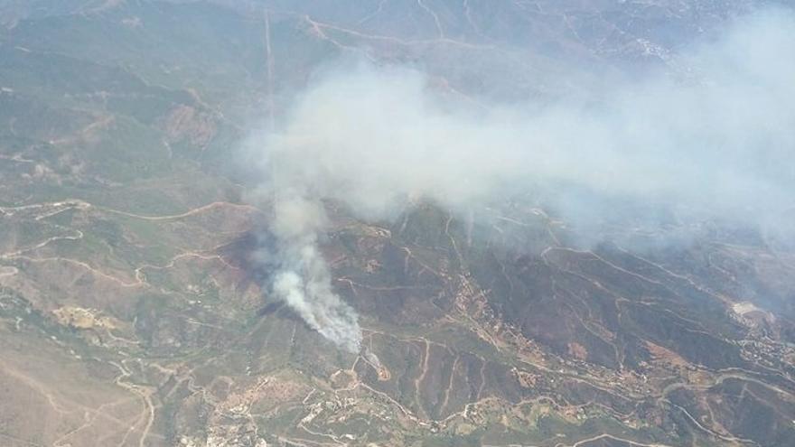 Los medios para el incendio en un paraje de Estepona suman 150 profesionales por tierra y 19 aéreos