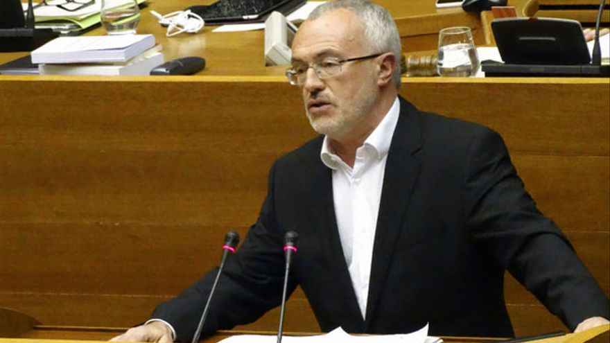 El síndic de Podemos en las Corts, Antonio Montiel, durante el debate sobre RTVV