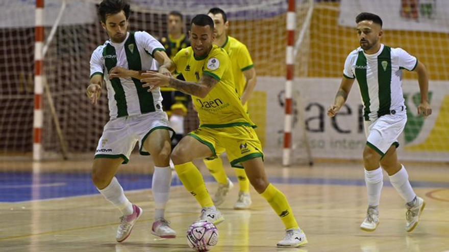 Pablo del Moral pelea el balón ante un jugador del Jaén Paraíso Interior