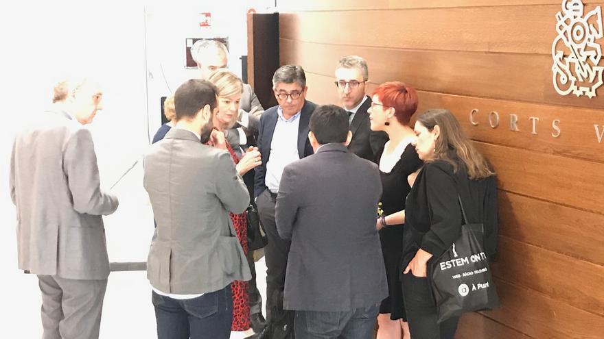 La coportavoz de Compromís, Àgueda Mico, conversa con el núcleo duro de Puig y Gabriela Bravo.