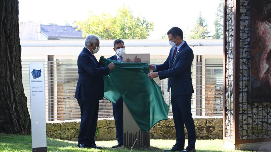 El presidente del Gobierno, Pedro Sánchez (d), y el primer ministro de Portugal, Antonio Costa (i), descubren la placa conmemorativa de la XXXI Cumbre Luso-Española, en Guarda, (Portugal), a 10 de octubre de 2020.