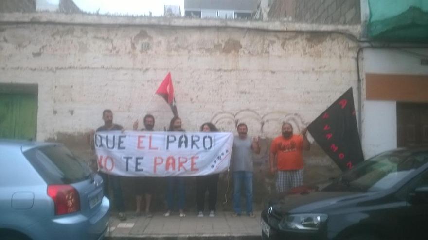 Miembros de la Asamblea de Parad@s de Canarias Autogestionaria intentaron evitar el desahucio de Yolanda y su hija.