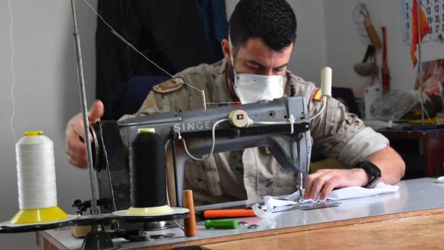 Militares fabrican mascarillas con máquinas con las que arreglan ...