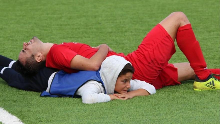 El niño Moisés Aguilar, ayudando a un jugador en problemas