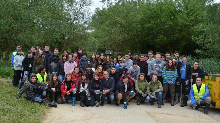 Medio centenar de estudiantes limpian el río Santo Tomás de Vitoria
