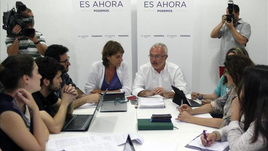 Una reuniión de la dirección valenciana de Podemos. En el centro, la diputada Llun Quiñonero y el secretario general, Antonio Montiel.