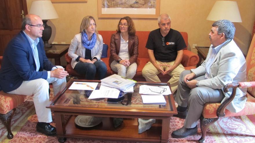 En la imagen, representantes del Cabildo y del Colegio de Veterinarios.