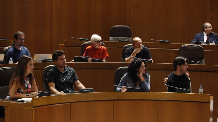 Abajo, en el centro, Nacho Escartín y Erika Sanz en las Cortes de Aragón.