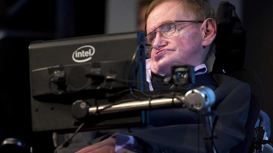 Stephen Hawking se une a la campaña del cubo con hielo por la esclerosis