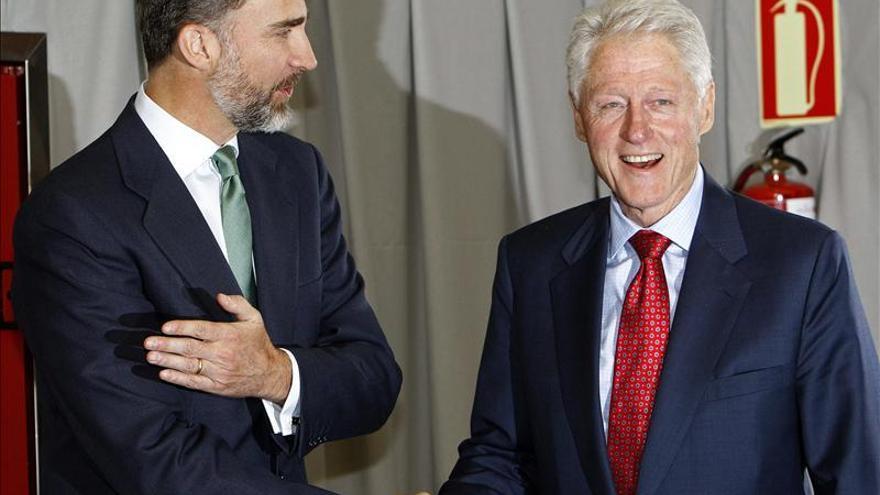 Clinton avisa de que España y la UE no superarán la crisis sólo con austeridad