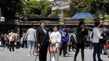 Japón está abriendo sus principales enclaves turísticos aplicando medidas para evitar un incremento descontrolado de casos de COVID-19, como la limitación de aforo adoptada desde este martes por los jardines del palacio imperial de Tokio.