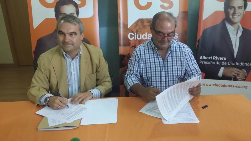 Firma del acuerdo entre Francisco Javier Fragoso, que será elegido alcalde, y García Borruel / PP Badajoz