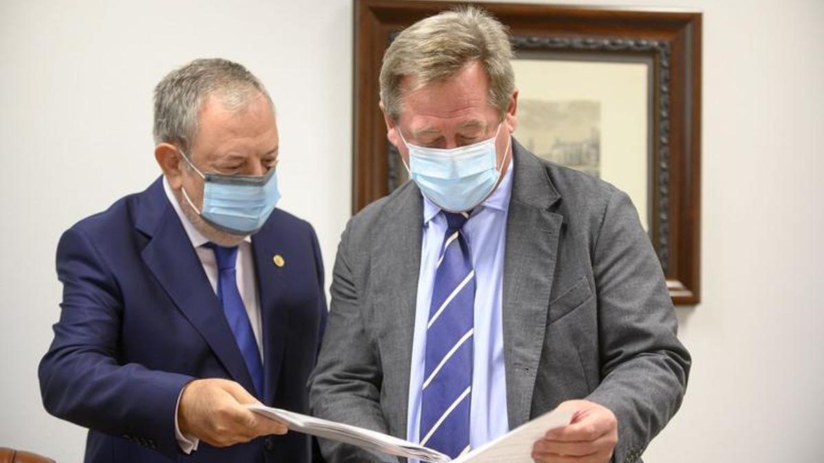 Pedro Azpiazu, con el portavoz del Gobierno, Bingen Zupiria