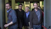 José Manuel García, segundo por la derecha, saliendo este lunes de los juzgados de Sevilla / EFE.