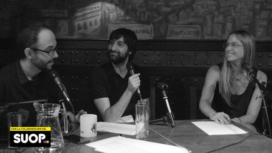 A Martina Klein la cortaron por la mitad en la presentación de su libro, por eso en esta foto con Miguel Anómalo y Carlos Langa no se le ven las piernas