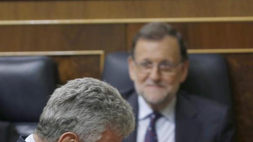 El portavoz de Nueva Canaria, Pedro Quevedo, pasa delante del escaño del presidente del Gobierno en funciones, Mariano Rajoy