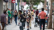 Comercios y terrazas de Arrecife (Lanzarote) comienzan su actividad este lunes, primer día de la fase 1 de desescalada en Canarias.