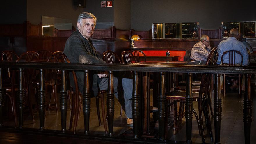 José Enrique Ruiz-Domènec, en el bar en que se realizó la entrevista. Foto: Enric Catalá.