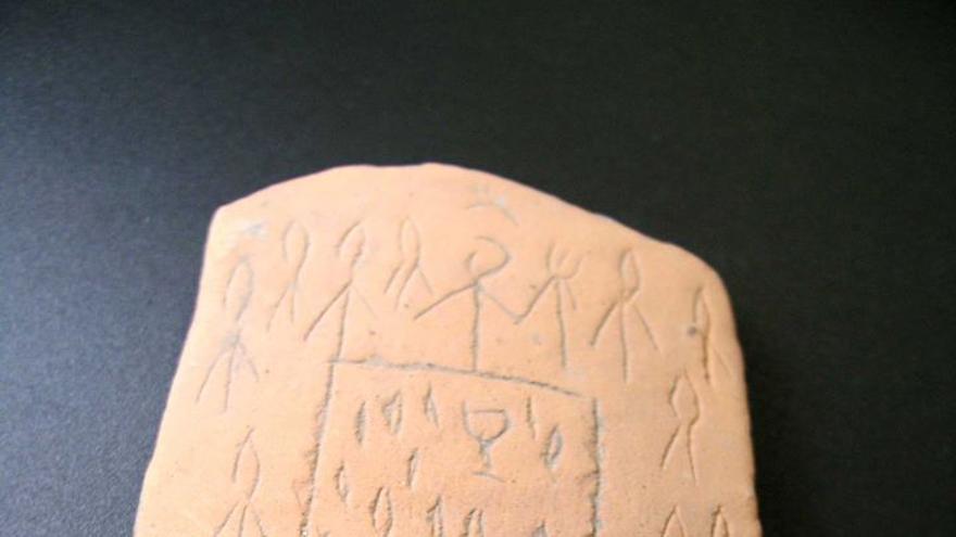 Pieza extraída en Iruña-Veleia con una supuesta representación de la última cena