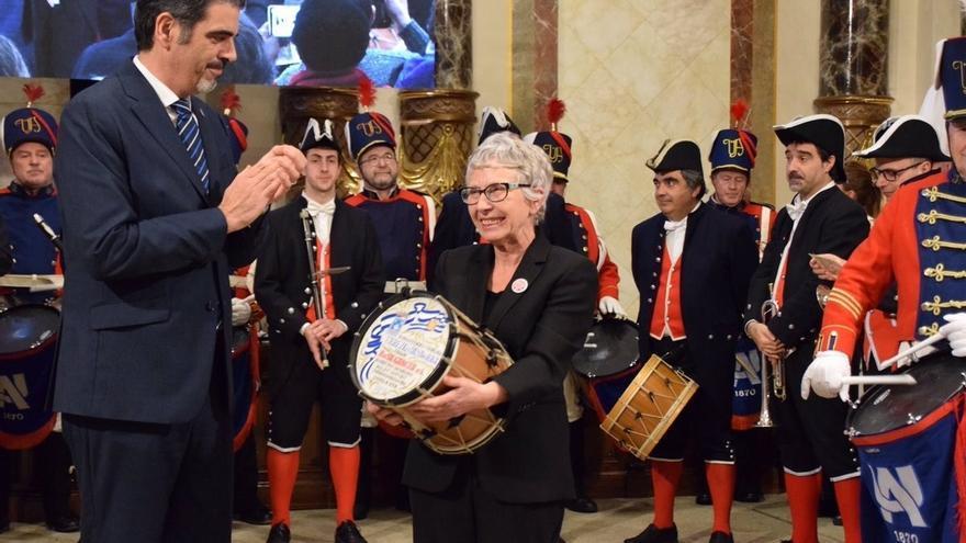 La activista de la plataforma Stop Desahucios Rosa García recibe el Tambor de Oro 2019 de San Sebastián