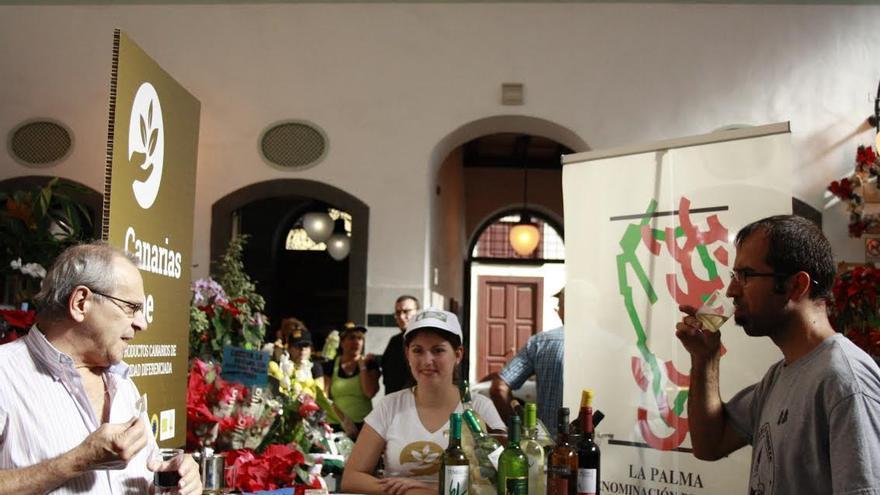 Puesto de promoción y degustación de productos canarios instalado este jueves en la Recova de Santa Cruz de La Palma.